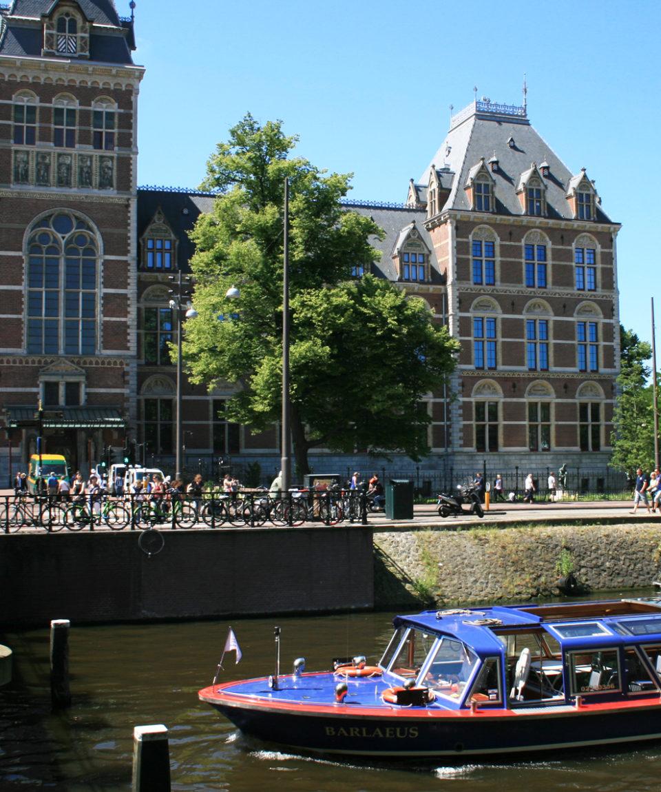 Boat in front o Rijks Museum